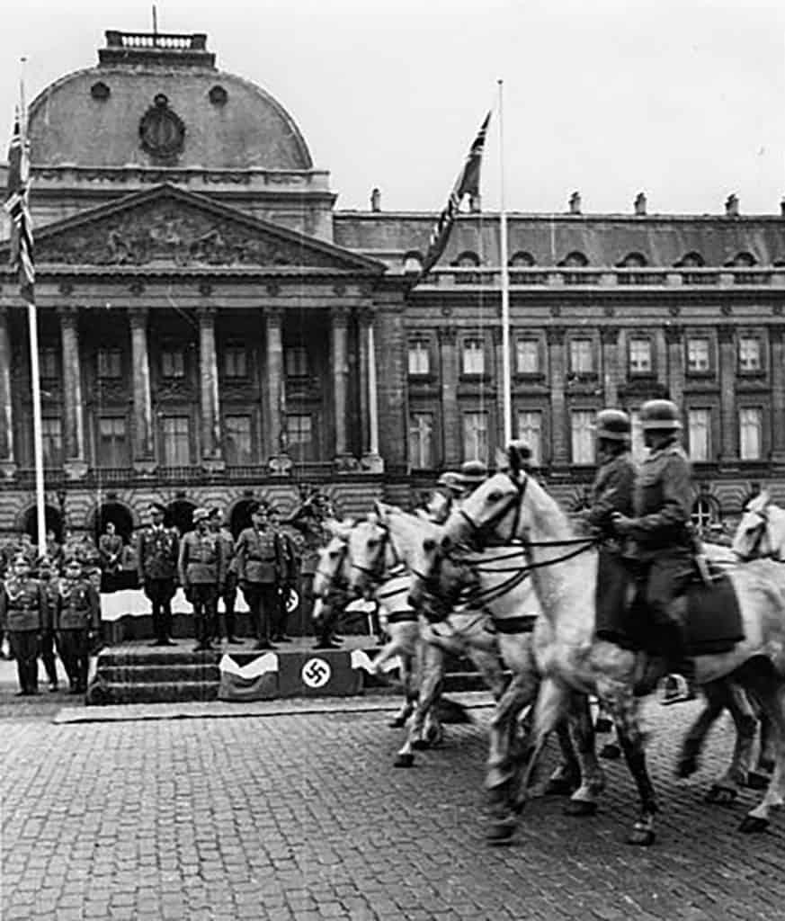Parade de cavaliers allemands devant le Palais royal à Bruxelles, peu après l'invasion (mai 1940)