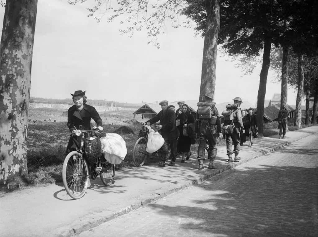 Des soldats britanniques et des réfugiés belges sur la route de Louvain à Bruxelles, le 12 mai 1940