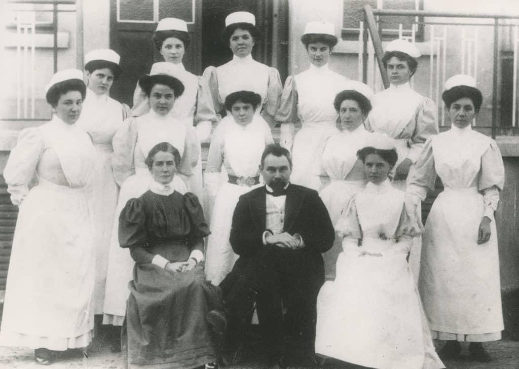 Edith Cavell, le Dr Antoine Depage et les infirmières de l'école en 1907