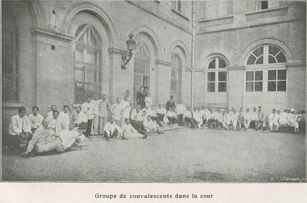 Groupe de convalescents dans la cour