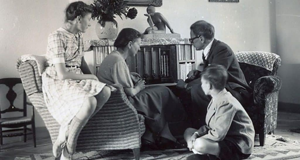 Une famille bruxelloise à l'écoute de la radio