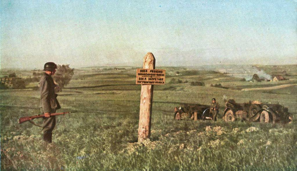 « Poussée dans le nord du no man's land. La zone s'étend sur huit cents mètres en profondeur, indique en lithuanien et en russe le poteau. Elle avait séparé jusqu'au 22 juin les postes-frontière allemand et soviétique. Aujourd'hui, les canons antichars avancent sur le terrain abandonné. »